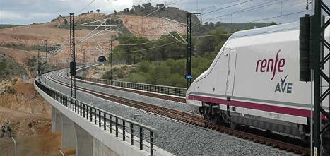 Tren_AVE_circulando_viaducto_cerca_Valencia_linea_alta_velocidad_une_ciudad_Madrid