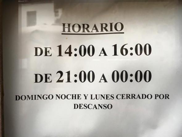Cartel que se encuentran los turistas en la puerta de los museos durante un lunes de puente